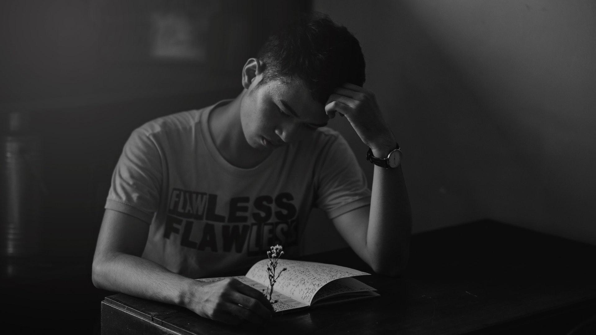 徹夜勉強する学生