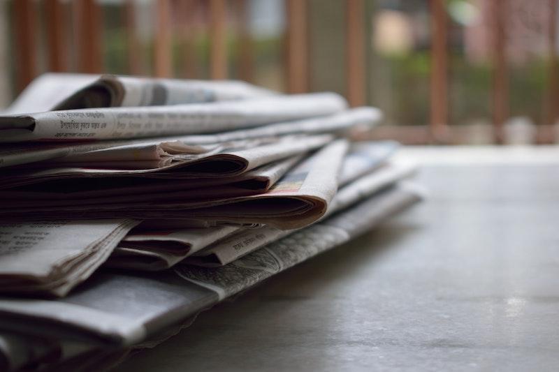 テーブルの上にある新聞