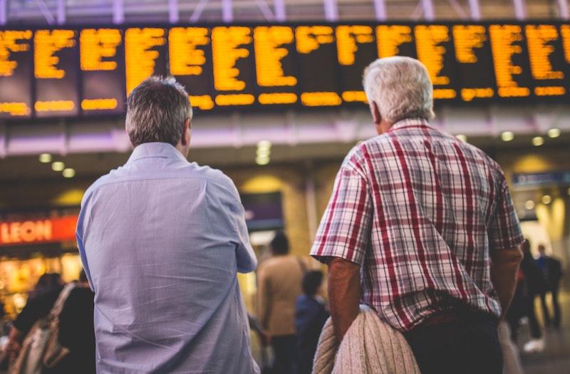 駅で迷う外国人観光客