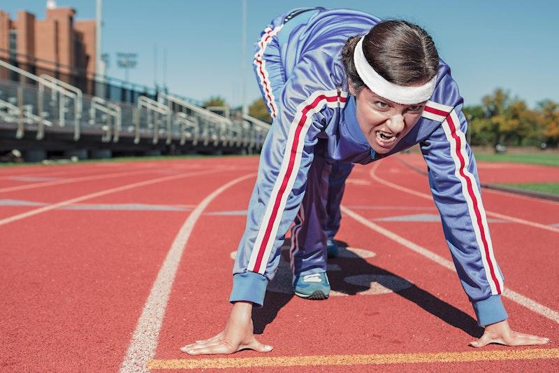 短距離走の準備をする女性