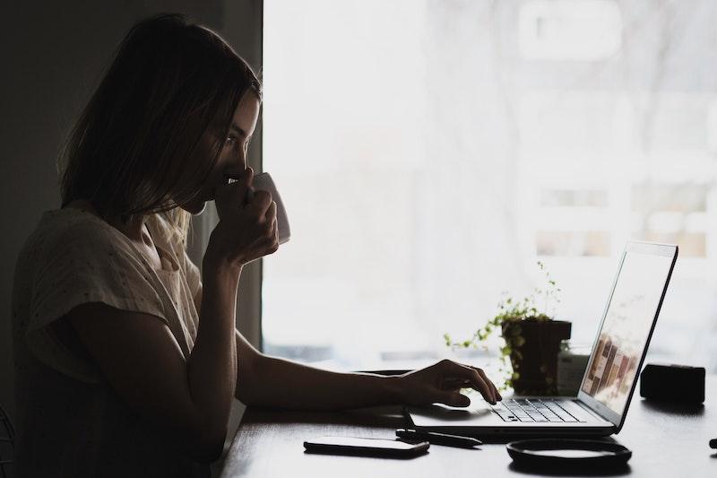 パソコン作業をする女性