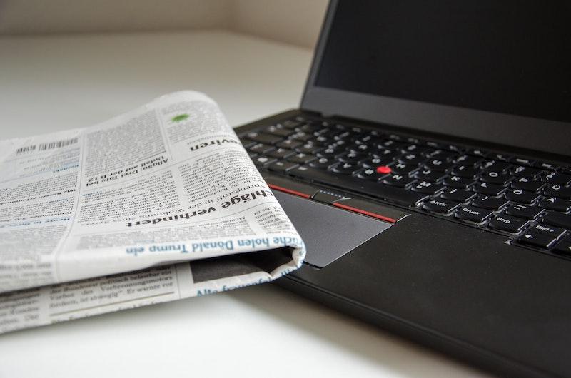 新聞から情報を得る