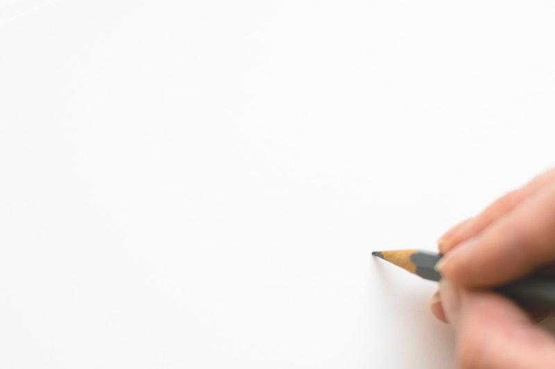 用紙に何かを書き始める