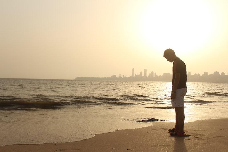 ビーチで落胆する男性