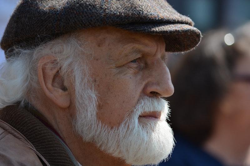 遠くを眺める髭の男性