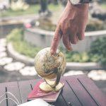 地球儀を触る男性