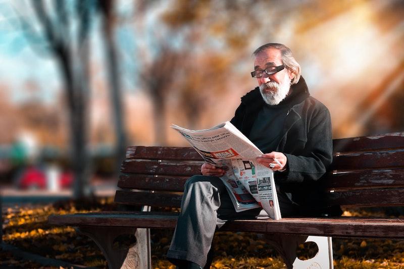新聞を読む大学教授