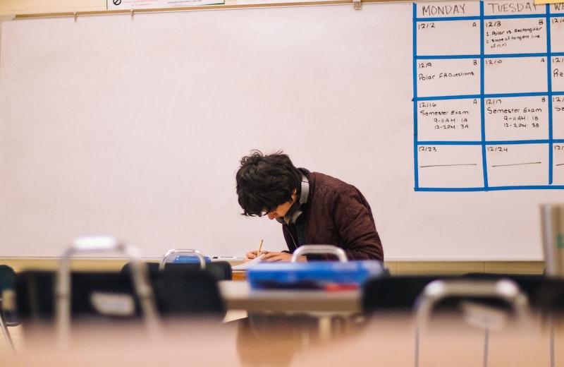 教室で勉強する男子生徒