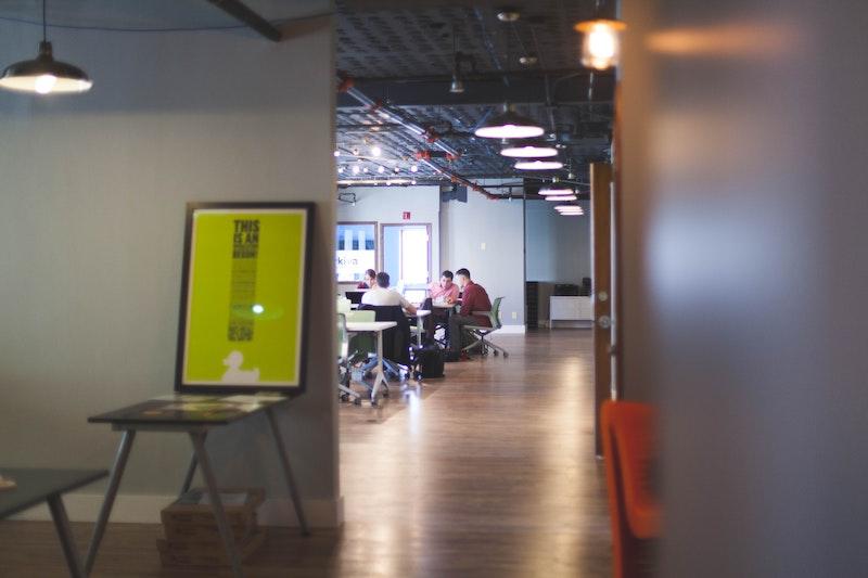 企業のオフィス内