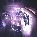 光るライトを持つ男性