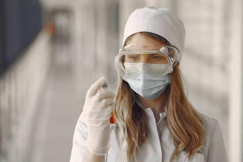 白い長袖を着る若い女性