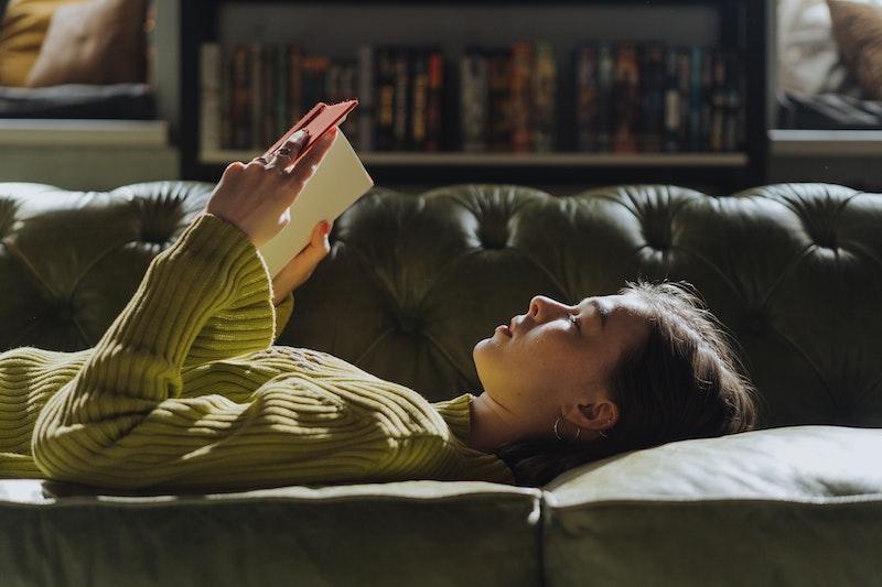 ソファで本を読む