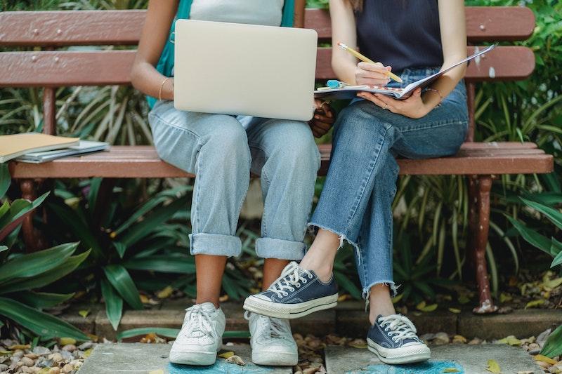 ベンチで勉強する女性2人